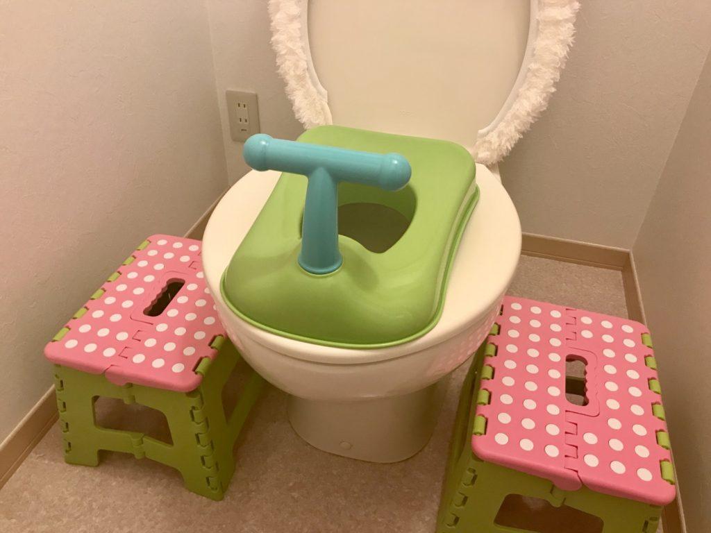 補助便座と踏み台のあるトイレ