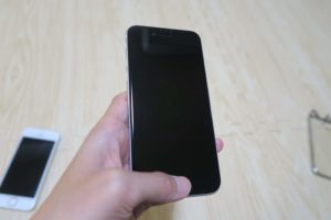 iPhoneSE2 手で持っている