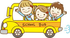 黄色のバスに乗っている園児